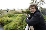 Foto: VidiPhoto<br /> <br /> DEN HOORN (ZH) – Hovenier Cock Diemel uit het Zuidhollandse Den Hoorn in een pas aangelegde tuin.