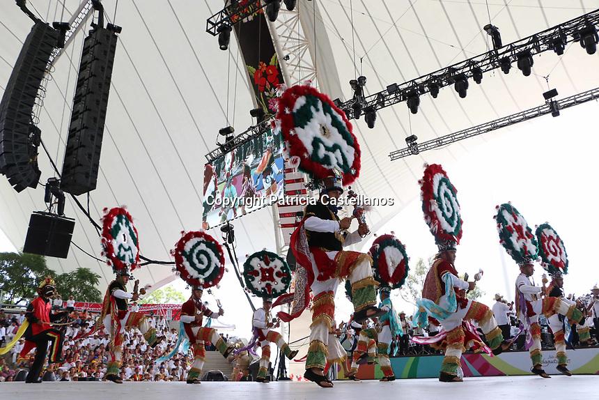 Oaxaca de Ju&aacute;rez, Oax. 24/07/2017.- Con la presentaci&oacute;n de danzas,  tradiciones y costumbres de las distintas comunidades de las 8 regiones de Oaxaca, este lunes se llev&oacute; a cabo la &ldquo;Octava de la Guelaguetza 2017&rdquo;, misma en la que estuvieron presentes el gobernador de Oaxaca, Alejandro Murat Hinojosa, su esposa Ivette Moran, el presidente municipal de Oaxaca, Jos&eacute; Antonio Hern&aacute;ndez Fraguas, as&iacute; como invitados especiales tales como: Rosario Robles Berlanga, titular de la Secretar&iacute;a de Desarrollo Agrario, Territorial y Urbano (Sedatu), Ernesto Cordero Arroyo, ex funcionario federal y senador del Partido Acci&oacute;n Nacional (PAN, entre otros.<br /> Fue asi que los m&aacute;s de 11 mil asistentes al auditorio del cerro del fort&iacute;n pudieron disfrutar del folclor en la fiesta m&aacute;xima de los oaxaque&ntilde;os.