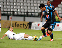 MANIZALES - COLOMBIA - 04-06-2013: Camilo Ceballos (Izq.) jugador del Once Caldas disputa el balon con Harrison Otalvaro (Der.) jugador de Millonarios durante el partido en el estadio Palogrande de la ciudad de Manizales, julio 4 de 2013. Once Caldas y Millonarios durante partido por la sexta fecha de las semifinales de la Liga Postobon I. (Foto: VizzorImage / Yonboni / Str). Camilo Ceballos (L) player of Once Caldas fights for the ball with Harrison Otalvaro (R) of Millonarios during a game in the Palogrande Stadium in Manizales city, July 4, 2013. Once Caldas and Millonarios in a match for the sixth round of the semifinals of the Postobon I League. (Photo: VizzorImage / Yonboni / Str).