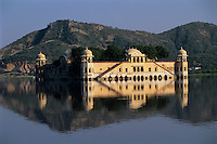 India, Rajasthan, Jaipur: Jal Mahal (Water or Lake Palace) located in the middle of the Man Sagar Lake | Indien, Rajasthan, Jaipur: Jal Mahal (Wasser oder See Palast) im Man Sagar Lake