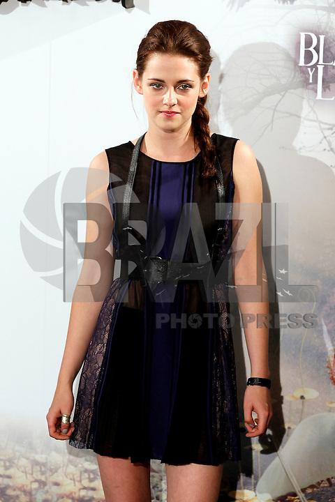 """MADRI, ESPANHA, 17 DE MAIO 2012 - COLETIVA DO FILME A BRANCA DE NEVE E o CACADOR - A atriz norte-americana Kristen Stewart durante sessao de fotos antes da coletiva do filme """"A Branca de Neve e o Cacador"""", no anfiteatro Gabriela Mistral na Casa de America em Madri, capital da Espanha, nesta quinta-feira, 17. (FOTO: MIGUEL CORDOBA / ALFAQUI / BRAZIL PHOTO PRESS)."""