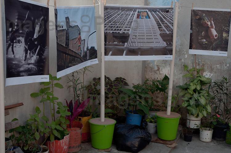 Apresentação de fotografias O Estendal, exposição de fotos no varal. Conjunto de favelas do Alemão, Rio de Janeiro, Brasil.