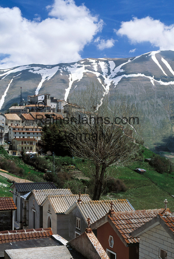 Italien, Umbrien, Castelluccio: Bergdorf in den Sibillinischen Bergen | Italy, Umbria, Castelluccio: mountain village at the Sibillini mountains