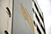 SÃO PAULO, 09 DE FEVEREIRO DE 2012 - SP  Rua Henrique Sertorio no bairro do Tatuape está parcialmente interditada por causa de incidente no prédio da Receita Federal. As pastilhas que revestem o concreto do edfício caíram, na altura do 5 andar. Segundo a própria Receita Federal não houve vitimas ou veículos atingidos.  (FOTO: THAIS RIBEIRO/ NEWSFREE