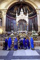 Roma  Agosto 2006.Basilica di S.Cecilia in Trastevere.Un Gruppo di suore in  preghiera davanti  alla tomba di S.Cecilia..Rome August 2006.Church of St. Cecilia in Trastevere.A group of nuns in prayer before the tomb of St. Cecilia