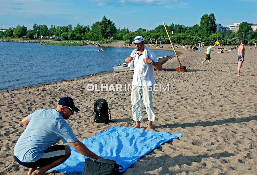 Pessoas na praia de Helsinki. Finlândia. 2007. Foto de Vinicius Romanini.