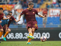 Calcio, Serie A: Roma vs Sampdoria. Roma, stadio Olimpico, 11 settembre 2016.<br /> Roma&rsquo;s Francesco Totti kicks to score the winning goal on a penalty kick during the Italian Serie A football match between Roma and Sampdoria at Rome's Olympic stadium, 11 September 2016. Roma won 3-2.<br /> UPDATE IMAGES PRESS/Isabella Bonotto
