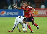 MEDELLÍN -COLOMBIA-03-05-2015. Vladimir Marin (Der) jugador de Independiente Medellín disputa el balón con Alex Stick Castro (Izq) jugador de Alianza Petrolera durante partido por la fecha 18 de la Liga Águila I 2015 jugado en el estadio Atanasio Girardot de la ciudad de Medellín./ Vladimir Marin (R) player of Independiente Medellin fights for the ball with Alex Stick Castro (L) player of Alianza Petrolera during the match for the  18th date of the Aguila League I 2015 at Atanasio Girardot stadium in Medellin city. Photo: VizzorImage/León Monsalve/Cont