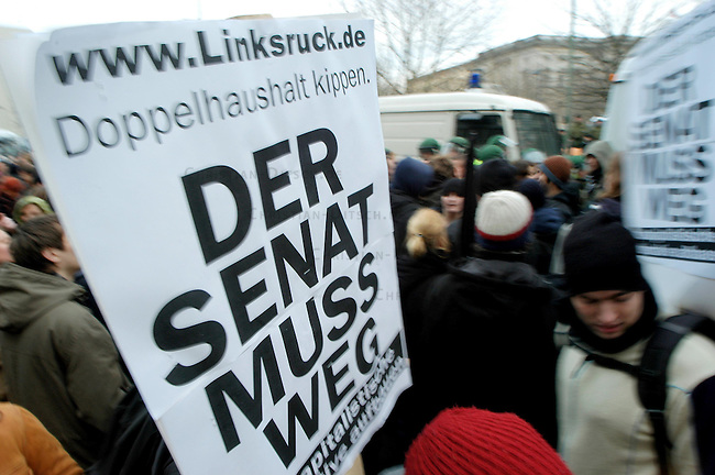 Fuersorgliche Belagerung des Parlaments in Berlin<br /> Das &quot;Berliner Buendnis gegen Sozial- und Bildungsraub&quot; rief zu einem Aktions- und Protesttag gegen den die erste Lesung des Doppelhaushalt des Rot-Roten Senats am Donnerstag den15. Januar 2004 auf. Mit einer &quot;Fuersorglichen Belagerung&quot; sollten die Abgeordneten am Betreten des Berliner Landesparlaments gehindert werden. Die Polizei sperrte jedoch die Zufahrtswege zum Abgeordnetenhaus weitraeumig ab, so dass es zu keinerlei Stoerungen des Parlamentsbetriebes kam. Vereinzelt wurden Demonstranten von den Zufahrtsstrassen gedraengt.<br /> Nach Veranstalterangaben kamen bis zu 3.000 Menschen zu sechs verschiedenen Blockadepunkten.<br /> Aufgerufen zu der Aktion hatten streikende Studenten, der DGB-Berlin, das Berliner Sozialforum, attac sowie verschiedene Sozial Organisationen, die sich im &quot;Berliner Buendnis gegen Sozial- und Bildungsraub&quot; zusammen geschlossen haben.<br /> Im Anschluss an die Belagerung versammelten sich einige tausend Menschen zu einer Demonstration gegen den Doppelhaushalt.<br /> 15.1.2004, Berlin<br /> Copyright: Christian-Ditsch.de<br /> [Inhaltsveraendernde Manipulation des Fotos nur nach ausdruecklicher Genehmigung des Fotografen. Vereinbarungen ueber Abtretung von Persoenlichkeitsrechten/Model Release der abgebildeten Person/Personen liegen nicht vor. NO MODEL RELEASE! Nur fuer Redaktionelle Zwecke. Don't publish without copyright Christian-Ditsch.de, Veroeffentlichung nur mit Fotografennennung, sowie gegen Honorar, MwSt. und Beleg. Konto: I N G - D i B a, IBAN DE58500105175400192269, BIC INGDDEFFXXX, Kontakt: post@christian-ditsch.de<br /> Bei der Bearbeitung der Dateiinformationen darf die Urheberkennzeichnung in den EXIF- und  IPTC-Daten nicht entfernt werden, diese sind in digitalen Medien nach &sect;95c UrhG rechtlich geschuetzt. Der Urhebervermerk wird gemaess &sect;13 UrhG verlangt.]