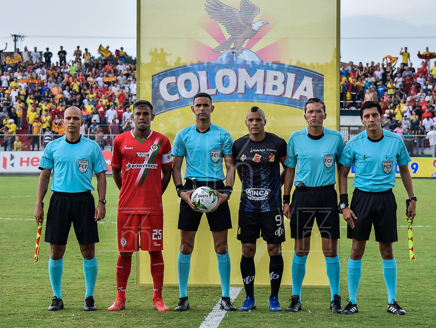 TULUA - COLOMBIA, 06-06-2019: Juan Camilo Roa, capitán de Cortuluá, Carlos Ortega, referee, Diego Alvarez, capitán del Pereira, y jueces asistentes previo al partido de ida entre Cortuluá y Deportivo Pereira por la final del Torneo Águila 2019 I jugado en el estadio 12 de Otubre de la ciudad de Tulua. / Juan Camilo Roa, captain of Cortulua, Carlos Ortega, referee, Diego Alvarez, captain of Pereira, and assitant referees prior a first leg match between Cortulua and Deportivo Pereira for the final of the Aguila Tournament 2019 I played at 12 de Octubre stadium in Tulua city . Photo: VizzorImage / Juan Torres / Cont