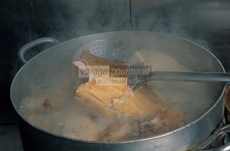 "Europe/France/Auvergne/12/Aveyron/Livinhac-le-Haut: Restaurant ""Druilhe"" - Préparation du stockfish (ou estofinade ou estofinado)"