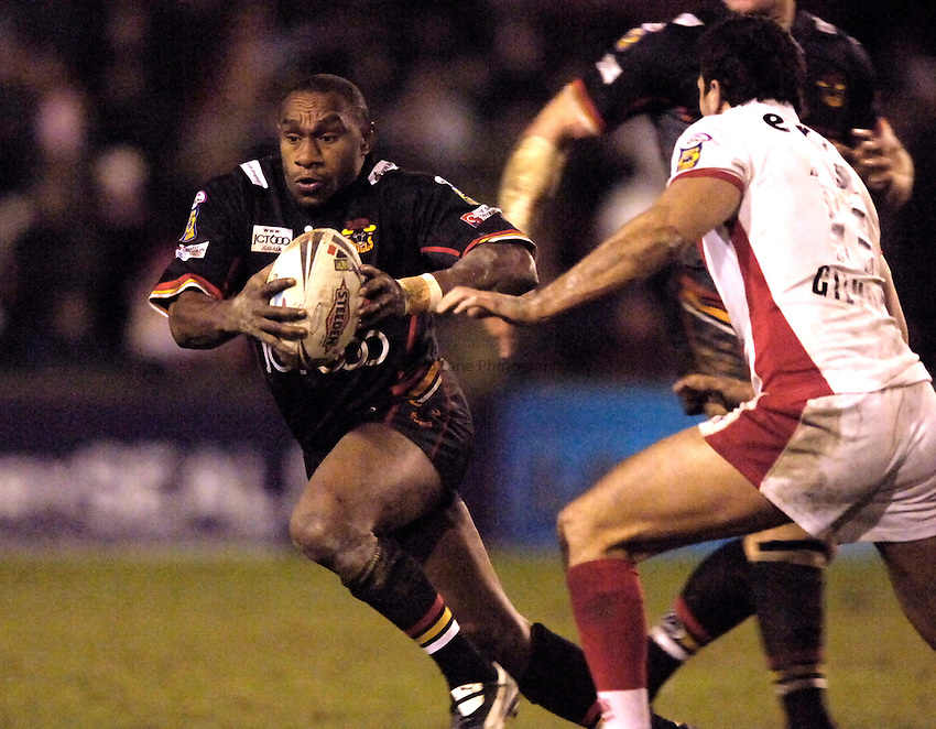 Photo: Jed Wee..St Helens v Bradford Bulls. Engage Super League. 17/03/2006..Bradford's Stanley Gene attacks.