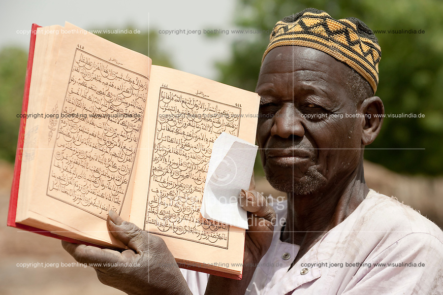 MALI, Imam with Quran the holy book of Islam / MALI, Imam mit Koran in einem Dorf