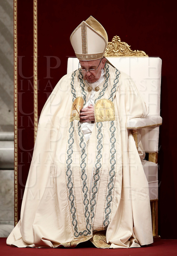 Papa Francesco celebra la preghiera dei Primi Vespri e Te Deum in ringraziamento per l'anno trascorso. Città del Vaticano, 31 dicembre 2016.<br /> Pope Francis prays as he presides the new year's eve Vespers and Te Deum prayer in Saint Peter's Basilica at the Vatican, on December 31, 2016.<br /> UPDATE IMAGES PRESS/Isabella Bonotto<br /> <br /> STRICTLY ONLY FOR EDITORIAL USE