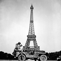 Soldiers of the 4th U.S. Infantry Division look at the Eiffel Tower in Paris, after the French capital had been liberated on August 25, 1944. John Downey.  (OWI)<br /> NARA FILE #:  208-MFI-3B-1<br /> WAR &amp; CONFLICT BOOK #:  1058