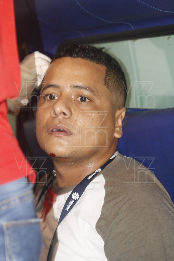 SANTA MARTA - COLOMBIA, 06-10-2019: Jose Payares periodista herido durante el partido por la fecha 15 de la Liga Águila II 2019 entre Unión Magdalena y Rionegro Águilas jugado en el estadio Sierra Nevada de la ciudad de Santa Marta. / Jose Payares, journalist, injured during match for the date 15 as part Aguila League II 2019 between Union Magdalena and Rionegro Aguilas played at Sierra Nevada stadium in Santa Marta city. Photo: VizzorImage / Gustavo Pacheco / Cont