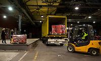 Berlin, Kisten mit Abstimmungsunterlagen der SPD Mitglieder zum Mitgliederentscheid &uuml;ber die Gro&szlig;e Koalition werden in der Nacht zum Samstag (14.12.13) in der Station Berlin f&uuml;r die Ausz&auml;hlung verladen.<br /> Foto: Steffi Loos/CommonLens