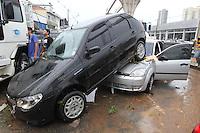 SAO PAULO, SP, 18-02-2013, CHUVA, ALAGAMENTO E QUEDAS DE ARVORES.  Sao Paulo teva na tarde dessa Segunda-feira uma tarde de caus. Uma frte tempestade caiu sobre toda cidade. Na foto  carros que foram arrastados com a forca da agua na Av. Luiz Inacio de Anhaia Melo que ficou totalmente alagada.  Luiz Guarnieri/ Brazil Photo Press.