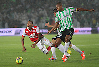 BOGOTA -COLOMBIA. 07-05-2014. Wilder Medina  (Izq)  de Independiente Santa Fe disputa el balon  contra  Alexis Henriquez  del  Atlético Nacional  partido de ida por las semifinales  de  La Liga Postobon  jugado en el estadio El Campin . Wilder Medina (L) of Independiente Santa Fe dispute the balloon against Alexis Henriquez of  Atletico Nacional for the first leg to the  Liga Postobon I played at El Campin. Photo: VizzorImage / Felipe Caicedo / Staff