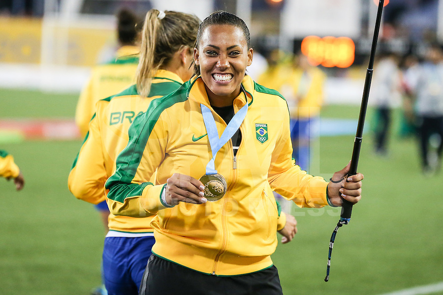 HAMILTON, CANADA, 25.07.2015 - PAN-FUTEBOL - Barbara do Brasil comemora medalha de ouro após ganhar de 4 a 0 da Colombia em partida da final do futebol feminino nos jogos Pan-americanos no Estadio Tim Hortons em Hamilton no Canadá neste sábado, 25.  (Foto: William Volcov/Brazil Photo Press)