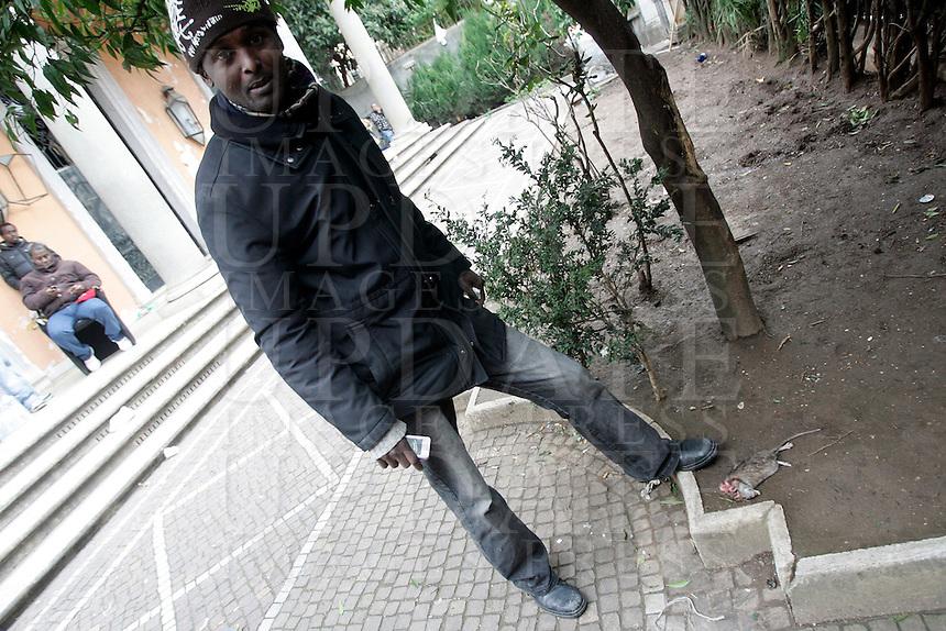 Rifugiati somali nell'ex ambasciata di Somalia a Roma, 29 dicembre 2010..Circa 200 rifugiati somali vivono in condizioni igieniche precarie nell'edificio che ospitava l'ambasciata e che e' stato abbandonato dopo la caduta del governo somalo negli anni Novanta..A Somalian refugee shows a dead rat in the courtyard of the former Somalian embassy in Rome, 29 december 2010. About 200 refugees live  in precarious hygienic conditions in the building, which is still the property of the Somali government but was abandoned after the collapse of the government in Mogadishu in the 1990s..© UPDATE IMAGES PRESS/UPDATE IMAGES PRESS/Riccardo De Luca