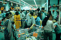 "Asien Indien IND Metropole Megacity Bombay Mumbai Wirtschaftszentrum Finanzzentrum , .Big bazaar Supermarkt in modernes Einkaufszentrum im Stadtteil Malad -  Wirtschaft modern Moderne Welt modernes kaufen Kaufkraft Menschen Freizeit urban urbane Welten Urbanit?t Mittelschicht Mittelklasse Konsum konsumieren Konsumrausch Markt M?rkte Konsumg?ter Geld Spa§ Vergn?gen Einkaufen shoppen shopping K?ufer kaufen Waren Ware G?ter Konsumwelt St?dtewachstum Verst?dterung Kasten Kastensystem Gro§stadt Millionenstadt Bev?lkerungswachstum Stadt Wachstum boom boomtown Stadtentwicklung Entwicklung Kontrast k?nstlich Inder indisch Einkaufswagen Einkommen Geld Menschenmassen xagndaz | .Asia India Mumbai Bombay .super market in modern shopping mall in Malad - economy society population growth people middle-class shop money market pleasure consume consumer modern urban contrast fun luxury big city cities megacity metropolis growing development shopping center store money people crowd buy spend goods .| [ copyright (c) Joerg Boethling / agenda , Veroeffentlichung nur gegen Honorar und Belegexemplar an / publication only with royalties and copy to:  agenda PG   Rothestr. 66   Germany D-22765 Hamburg   ph. ++49 40 391 907 14   e-mail: boethling@agenda-fototext.de   www.agenda-fototext.de   Bank: Hamburger Sparkasse  BLZ 200 505 50  Kto. 1281 120 178   IBAN: DE96 2005 0550 1281 1201 78   BIC: ""HASPDEHH"" ,  WEITERE MOTIVE ZU DIESEM THEMA SIND VORHANDEN!! MORE PICTURES ON THIS SUBJECT AVAILABLE!! INDIA PHOTO Archive: http://www.visualindia.net ] [#0,26,121#]"