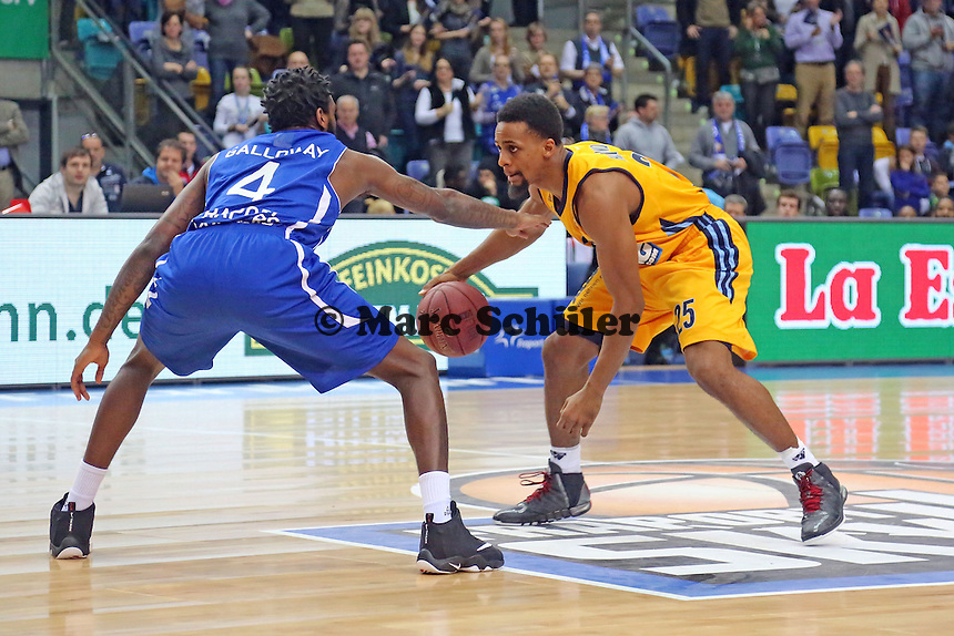 Ramon Galloway (Skyliners) gegen Clifford Hammonds (ALBA) - Fraport Skyliners vs. Alba Berlin Fraport Arena Frankfurt