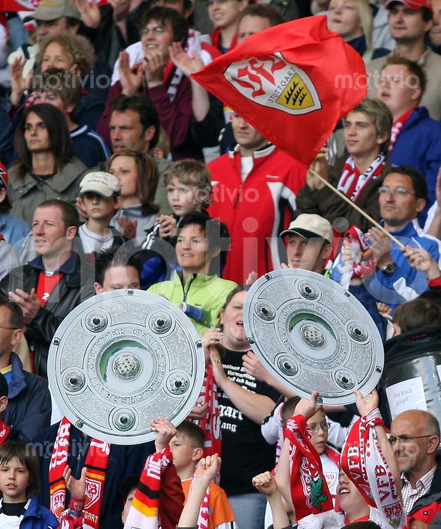 Fussball Bundesliga 32. Bundesligaspieltag  VfB Stuttgart - 1.FSV Mainz VFB-Fans mit Meisterschalen