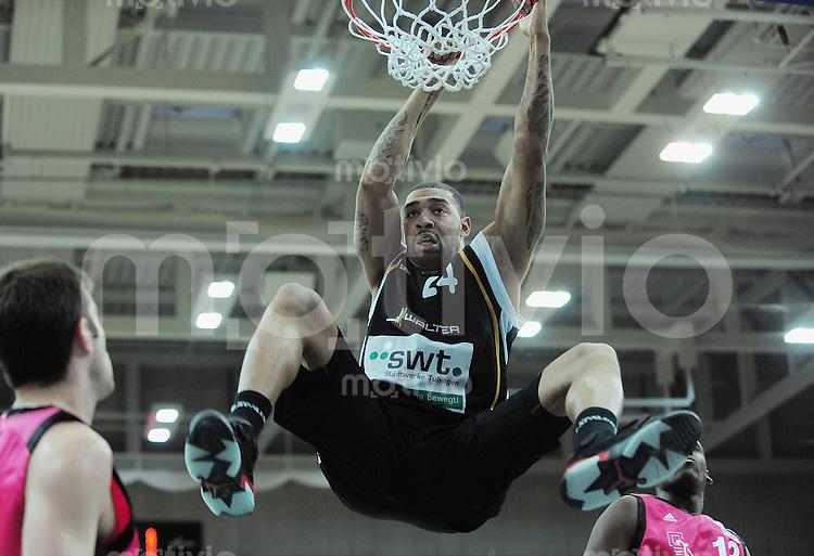 Basketball   1. Bundesliga 2009/2010  22.04.2010 Walter Tigers Tuebingen -   Telekom Baskets Bonn DUNKING; Romeo Travis (Tigers) haengt am Korb