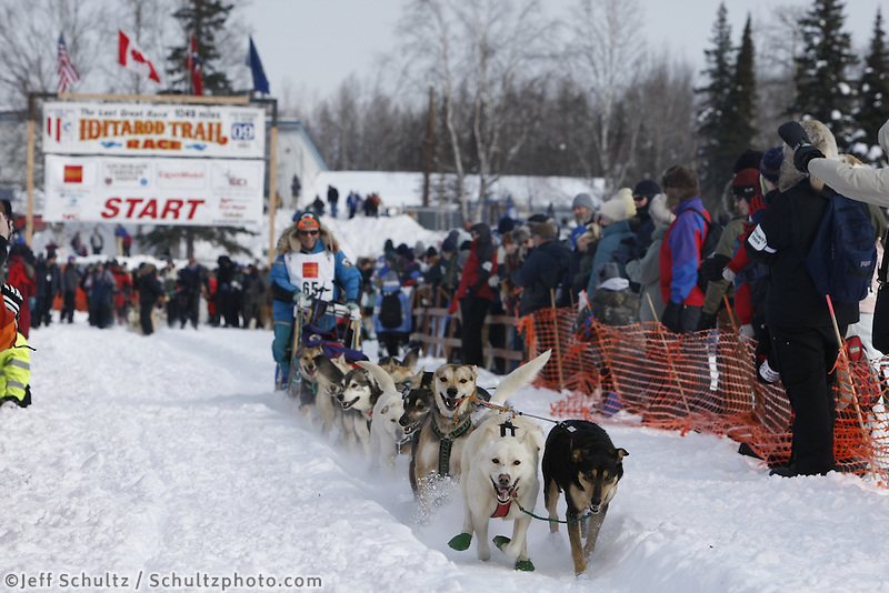 Bill Cotter team leaves the start line on Sunday during the restart day of Iditarod 2009 in Willow , Alaska