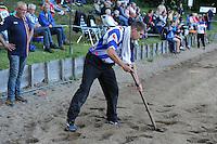FIERLJEPPEN: JOURE: 27-06-2015, Oane Galama schept zelf het zandbed los vanwege defect frees van de tractor, ©foto Martin de Jong