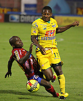 PASTO- COLOMBIA-18-10-2013: Marlon Piedrahita (Izq.) jugador del deportivo Pasto disputa el balón con Cesar Valoyes (Der.) jugador del Atletico Huila durante partido en el estadio Departamental Libertad de la ciudad de Pasto, octubre 18 de 2013. Deportivo Pasto y Atletico Huila jugaron partido por la decimoquinta fecha de la de la Liga Postobon II. (Foto: VizzorImage / Leonardo Castro / Str). Marlon Piedhaita (L) player of Deportivo Past vies for the ball with Cesar Valoyes (L) player of Atletico Huila during the game at the Departamental Libertad Stadium in Pasto city, October 18, 2013. Deportivo Pasto and Atletico Huila in a game for the fifteenth round of the Postobon Leguaje II. (Foto: VizzorImage / Leonardo Castro / Str).