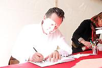 Dr. Eckart von Hirschhausen signiert sein Buch auf der Buchmesse