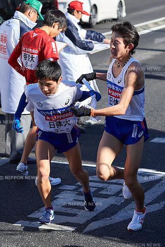(L-R) Masaya Komachi, Yuki Kimura (Nittai Univ), <br /> JANUARY 2, 2015 - Athletics : The 91st Hakone Ekiden Race, Odawara Relay place in Kanagawa, Japan. (Photo by AFLO SPORT)