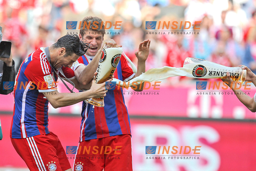 10.05.2014, Allianz Arena, Muenchen, GER, 1. FBL, FC Bayern Muenchen vs VfB Stuttgart, 34. Runde, im Bild l-r: Claudio Pizzarro #14 (FC Bayern Muenchen) und Thomas Mueller #25 (FC Bayern Muenchen), Bierdusche // during the German Bundesliga 34th round match between FC Bayern Munich and VfB Stuttgart at the Allianz Arena in Muenchen, Germany on 2014/05/10. EXPA Pictures &copy; 2014, PhotoCredit: EXPA/ Eibner-Pressefoto/ Kolbert<br /> <br /> *****ATTENTION - OUT of GER***** <br /> Football Calcio 2013/2014<br /> Bundesliga 2013/2014 Bayern Campione Festeggiamenti <br /> Foto Expa / Insidefoto