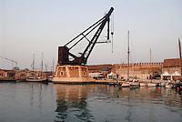 - Venice, the Arsenal, ancient hydraulic crane Armstrong Mitchell ....- Venezia, l'Arsenale, antica gru idraulica Armstrong Mitchell