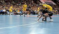 Handball Champions League  Frauen Damen - HCL HC Leipzig : HYPO Niederösterreich - Arena Leipzig - im Bild: umkämpfte Kreislinie - HCL Spielerin Sara Eriksson. Foto: Norman Rembarz...