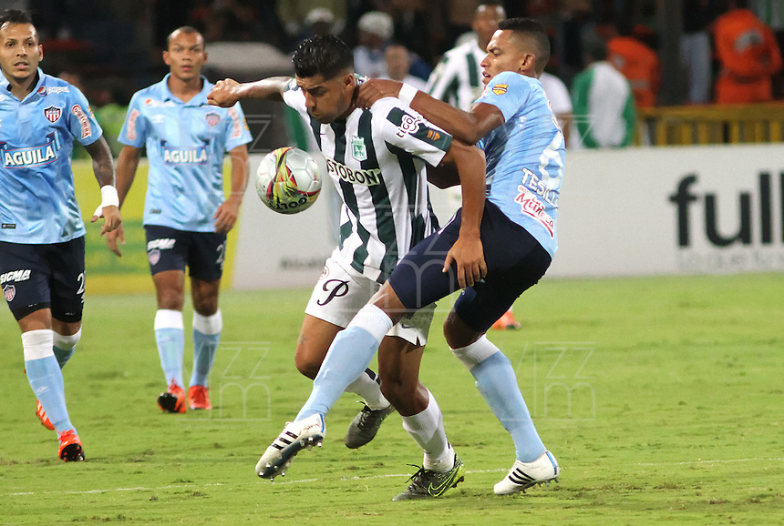 MEDELLÍN -COLOMBIA-20-12-2015. Jefferson Duque (Izq) jugador de Atlético Nacional disputa el balón con William Tesillo (Der) jugador de Atlético Junior durante partido de vuelta de la final de la Liga Aguila II 2015 entre Atlético Nacional y Atlético Junior jugado en el estadio Atanasio Girardot de la ciudad de Medellín. / Jefferson Duque (L) player of Atletico Nacional vies for the ball with William Tesillo (R) player of Atlético Junior during second leg match of the final of Aguila League II 2015 between Atletico Nacional and Atletico Junior played at Atanasio Girardot stadium in Medellin city. Photo: VizzorImage/ Felipe Caicedo / Staff