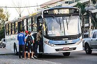 RIO DE JANEIRO, 13.05.2014 - Pessoas se tentam pegar um ônibus, dos pouquíssimos que circulam devido à greve de 48 horas no Posto 12, no Recreio, para ir trabalhar na manhã desta terça-feira. (Foto: Néstor J. Beremblum / Brazil Photo Press)