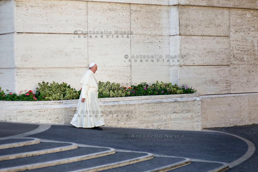 Papa Francesco lascia l'aula del Sinodo in Vaticano al termine della sessione mattutina del Sinodo sulla famiglia. Pope Francis leaves the Synod Hall at the end of a session of the Synod on the themes of family.