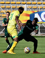 BOGOTA - COLOMBIA -05 -11-2016: Yessy Mena (Der.) jugador de La Equidad disputa el balón con Nicolas Palacios (Izq.) jugador de Atletico Bucaramanga, durante partido entre La Equidad y Atletico Bucaramanga, por la fecha 19 de la Liga Aguila II-2016, jugado en el estadio Metropolitano de Techo de la ciudad de Bogota. / Yessy Mena (R) player of La Equidad vies for the ball with Nicolas Palacios (L) player of Atletico Bucaramanga, during a match La Equidad and Atletico Bucaramanga, for the  date 19 of the Liga Aguila II-2016 at the Metropolitano de Techo Stadium in Bogota city, Photo: VizzorImage  / Luis Ramirez / Staff.