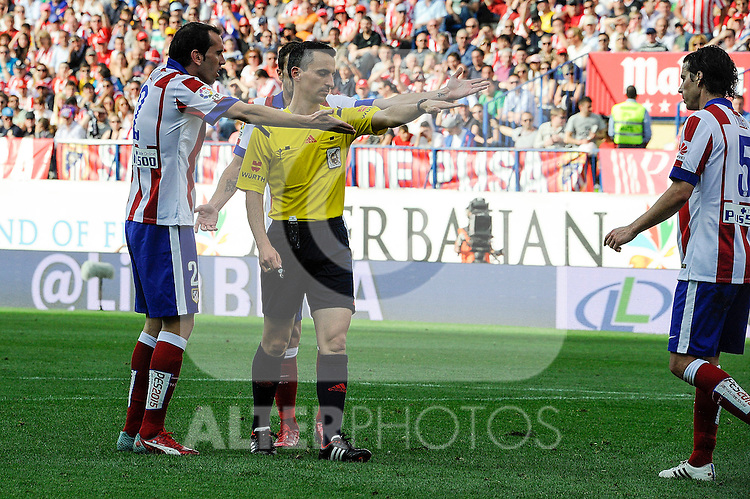 Atletico de Madrid´s players protest the referee Jaime Latre during 2014-15 La Liga match between Atletico de Madrid and Athletic Club at Vicente Calderon stadium in Madrid, Spain. May 02, 2015. (ALTERPHOTOS/Luis Fernandez)