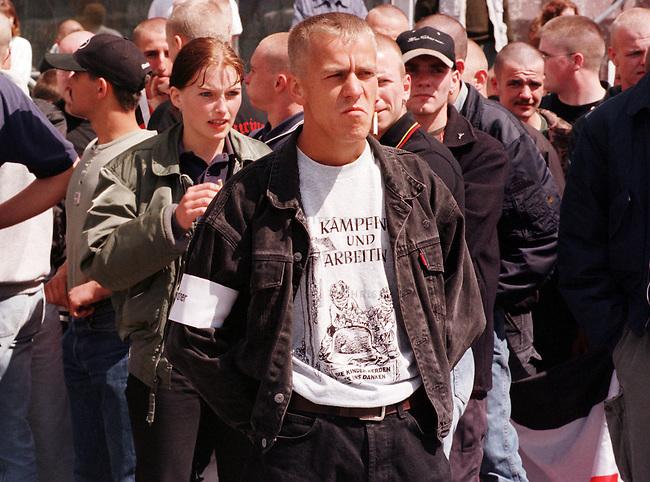 Etwa 150 bis 180 Rechtsextreme, Skinheads und Neonazis folgten dem Aufruf der NPD zu einer Demonstration unter dem Motto: Sozialabbau nicht mit uns. Unter dem Teilnehmer waren zahlreiche Mitglieder der rechtsextremistischen Hammerskins.<br /> Hier: Demonstrationsordner mit T-Shirt: Kaempfen und Arbeiten - Die Kinder werden es uns danken.<br /> 13.6.1998, Anklam, Mecklenburg-Vorpommern<br /> Copyright: Christian-Ditsch.de<br /> [Inhaltsveraendernde Manipulation des Fotos nur nach ausdruecklicher Genehmigung des Fotografen. Vereinbarungen ueber Abtretung von Persoenlichkeitsrechten/Model Release der abgebildeten Person/Personen liegen nicht vor. NO MODEL RELEASE! Nur fuer Redaktionelle Zwecke. Don't publish without copyright Christian-Ditsch.de, Veroeffentlichung nur mit Fotografennennung, sowie gegen Honorar, MwSt. und Beleg. Konto: I N G - D i B a, IBAN DE58500105175400192269, BIC INGDDEFFXXX, Kontakt: post@christian-ditsch.de<br /> Bei der Bearbeitung der Dateiinformationen darf die Urheberkennzeichnung in den EXIF- und  IPTC-Daten nicht entfernt werden, diese sind in digitalen Medien nach &sect;95c UrhG rechtlich geschuetzt. Der Urhebervermerk wird gemaess &sect;13 UrhG verlangt.]