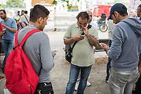 """Mahnwache """"Ich vermisse meine Familie"""" der Fluechtlingsinitiative """"people meet people - Respekt e.V."""" am Mittwoch den 27. Juli 2016 vor dem Auswaertigen Amt.<br /> Die Fluechtlingsinitiative aus dem brandenburgischen Bad Belzig und die Gefluechteten demonstrieren stellvertretend fuer viele syrische Vaeter, Frauen und Kinder fuer Ihren Wunsch nach einer Verbesserung der Familienzusammenfuehrung. Manche der Gefleuchteten warten seit Jahren auf die Erlaubnis ihre Kinder, Ehemaenner oder Ehefrauen aus dem Kriegsgebiet in Syrien nach Deutschland holen zu duerfen.<br /> Die Gefluechteten versuchten ein Gespraech mit einem Verantwortlichen aus dem Auswaertigen Amt zu bekommen, wurden aber vertroestet. Sie wollen ihren Protest zehn Tage lang durchfuehren.<br /> Im Bild: Gefluechtete lesen aktuelle Nachrichten ueber Syrien und informieren Freunde ueber ihre Aktion vor dem Auswaertigen Amt.<br /> 27.7.2016, Berlin<br /> Copyright: Christian-Ditsch.de<br /> [Inhaltsveraendernde Manipulation des Fotos nur nach ausdruecklicher Genehmigung des Fotografen. Vereinbarungen ueber Abtretung von Persoenlichkeitsrechten/Model Release der abgebildeten Person/Personen liegen nicht vor. NO MODEL RELEASE! Nur fuer Redaktionelle Zwecke. Don't publish without copyright Christian-Ditsch.de, Veroeffentlichung nur mit Fotografennennung, sowie gegen Honorar, MwSt. und Beleg. Konto: I N G - D i B a, IBAN DE58500105175400192269, BIC INGDDEFFXXX, Kontakt: post@christian-ditsch.de<br /> Bei der Bearbeitung der Dateiinformationen darf die Urheberkennzeichnung in den EXIF- und  IPTC-Daten nicht entfernt werden, diese sind in digitalen Medien nach §95c UrhG rechtlich geschuetzt. Der Urhebervermerk wird gemaess §13 UrhG verlangt.]"""