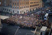 Roma, 24 Marzo, 2013. Fedeli in attesa di entrare in Piazza San Pietro per assistere a una messa di Papa Francesco.