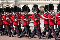 United Kingdom, London: Trooping the Colour, Scots Guards marching past Buckingham Palace | Grossbritannien, England, London: Trooping the Colour, alljaehrliche Militaerparade am zweiten Samstag im Juni zu Ehren des Geburtstages der britischen Koenige und Königinnen, schottische Garde marschiert vor dem Buckingham Palast