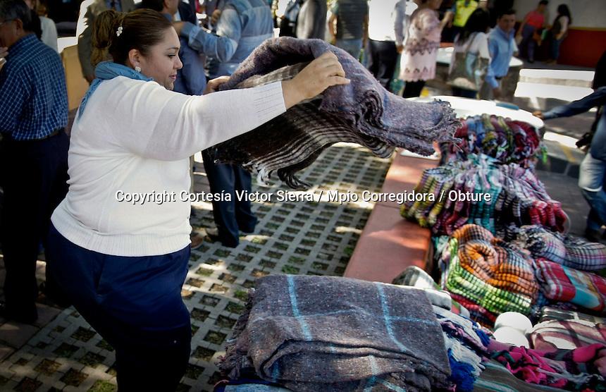 """Corregidora, Querétaro. 05 de noviembre de 2015.- Car Herrera de Kuri, presidenta del DIF Municipal de Corregidora, encabezó el arranque de la a campaña de donación """"DIF Corregidora Te Cobija"""".<br /> <br />  La campaña dio inicio el día de hoy y se recolectarán las cobijas hasta el próximo 4 de diciembre; el acopio, será dentro del Centro de Atención Municipal (CAM), con el objetivo de llegar a cada una de las comunidades de Corregidora y entregar alrededor de 10 mil cobijas, a quienes más lo necesitan.<br /> <br /> Por su parte, el director del DIF Municipal de Corregidora, Juan Carlos Garduño Mancebo del Castillo, agradeció a los empresarios y ciudadanos por su donación: """"estoy emocionado, veo muchas cobijas y estoy seguro que  vamos a cumplir la meta. Tengan la certeza de que cada cobija que se está donando va a ser entregada a la gente más necesitada de nuestro Municipio"""". <br /> <br /> Acompañaron a Car Herrera de Kuri en línea de honor: Luis Vega Ricoy, Regidor Síndico; Francisco Joss Larrondo, representante del Parque Industrial Balvanera; Rodrigo Ortega Arámbulo, representante del Parque Industrial Balvanera; Jorge Coutiño, gerente del Área Operativa de Caja Popular Gonzalo Vega y Ayari Caretta Jasso, coordinadora académica del Colegio Celta."""