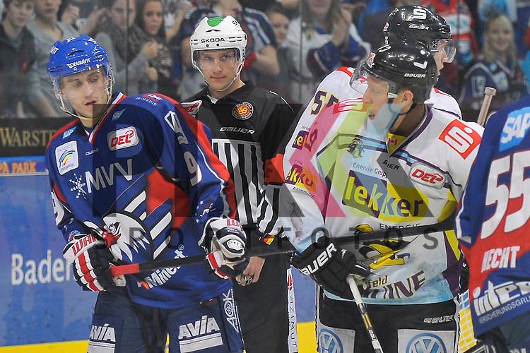 Mannheims Marcel Goc (Nr.9) schaut nach seinem Schlaeger der bei Krefelds Mark Voakes (Nr.19) ist beim Spiel in der DEL, Adler Mannheim - Krefeld Pinguine.<br /> <br /> Foto &copy; Ice-Hockey-Picture-24 *** Foto ist honorarpflichtig! *** Auf Anfrage in hoeherer Qualitaet/Aufloesung. Belegexemplar erbeten. Veroeffentlichung ausschliesslich fuer journalistisch-publizistische Zwecke. For editorial use only.