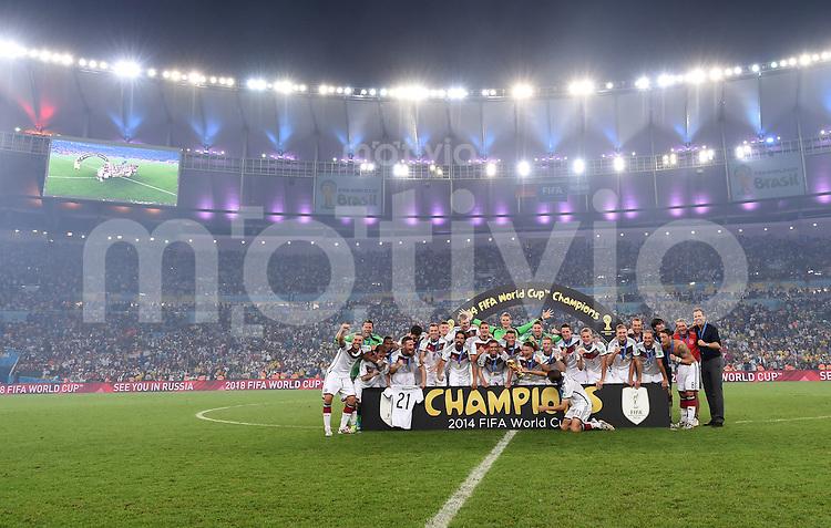 FUSSBALL WM 2014                       FINALE   Deutschland - Argentinien     13.07.2014 DEUTSCHLAND FEIERT DEN WM TITEL: Die Nationalmannschaft stellt sich im Maracana-Stadion zum Gruppenbild auf