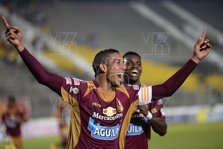 IBAGUÉ -COLOMBIA, 09-12-2013. Davinson Monsalve (Izq) jugador de Deportes Tolima celebra un gol anotado a Deportivo Independiente Medellin durnate partido por la fecha 3 de la Liga Aguila I 2015 jugado en el estadio Manuel Murillo Toro de la ciudad de Ibagué./ Davinson Monsalve (L) player of  Deportes Tolima celebrates a goal scored to Deportivo Independiente Medellin during match for the third date of the Aguila League I 2015 played at Manuel Murillo Toro stadium in Ibague city. Photo: VizzorImage/STR